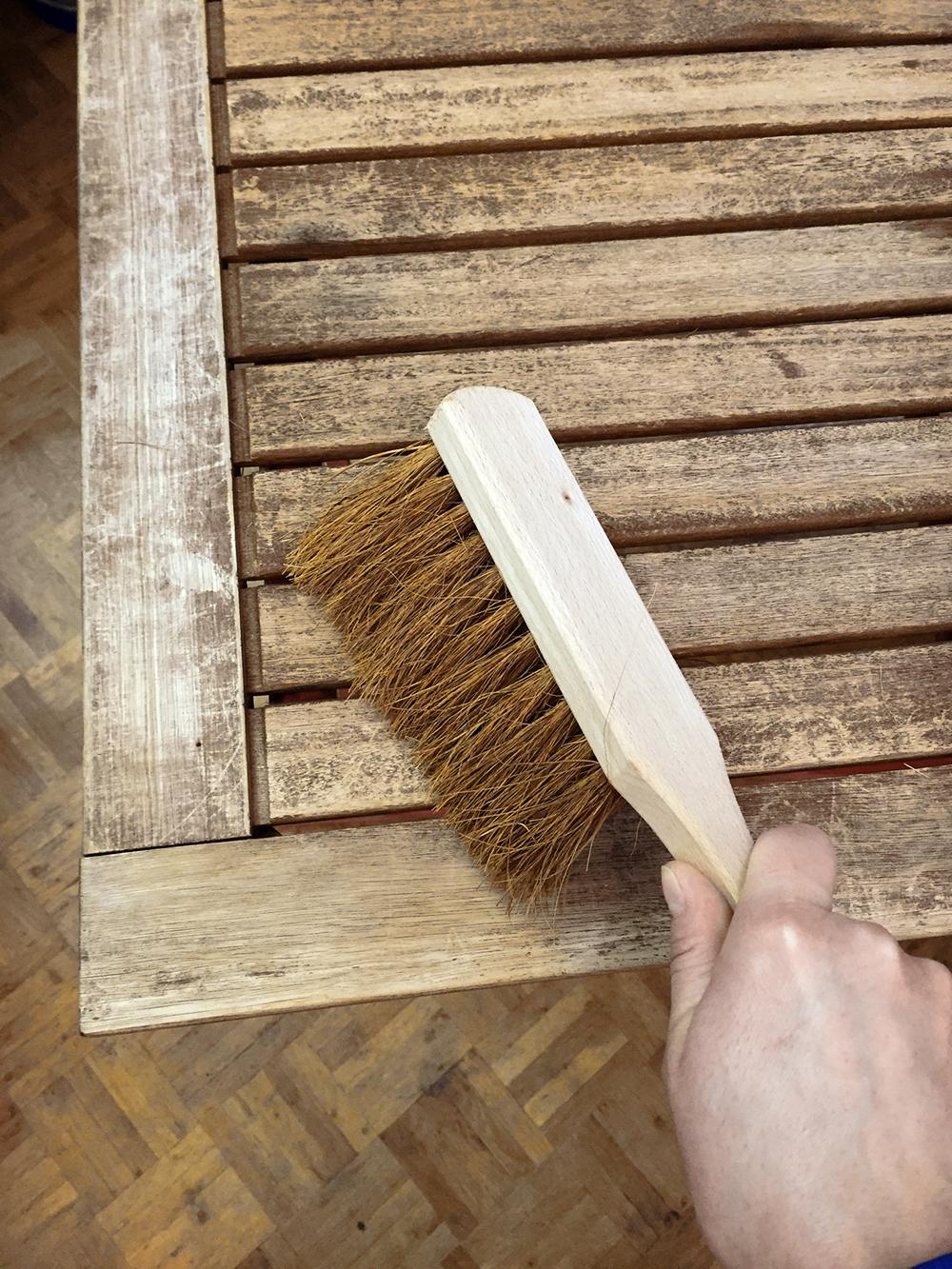 Come Scartavetrare Il Legno prepara il balcone alla primavera, rinfresca i mobili da