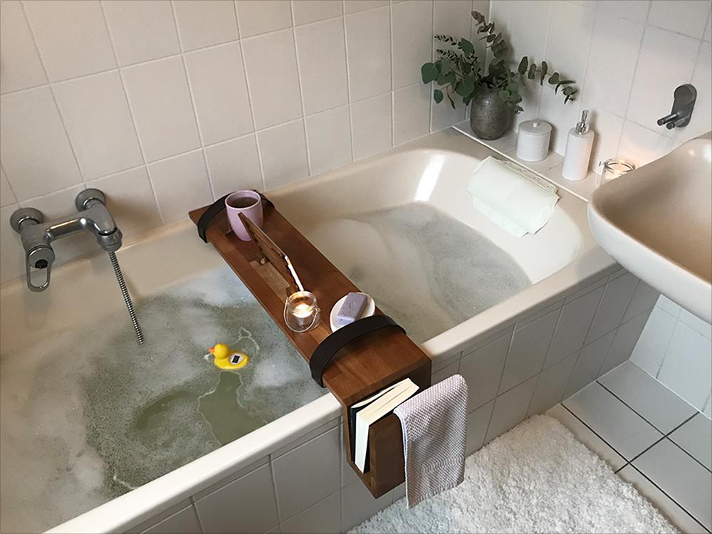 Ripiani In Legno Per Bagno : Con un pratico ripiano per vasca il bagno è ancora più piacevole